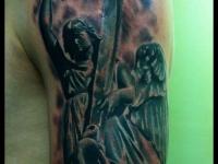 Татуировка ангел с крестом на плече