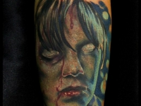Татуировка лицо в крови на предплечье