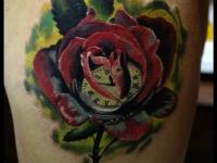 Татуировка роза и часы на бедре