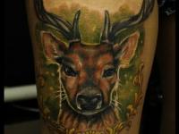 Татуировка голова оленя на бедре