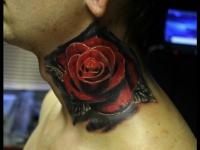 Татуировка роза на шее