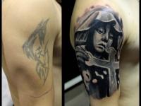 Татуировка монашка с крестом на плече