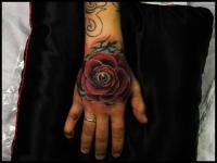 Татуировка роза с глазом на кисти руки
