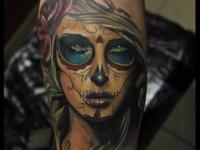 Татуировка лицо девушки на предплечье