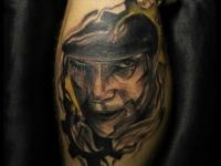 Татуировка лицо на локте