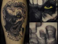 Татуировка страшная маска на икре