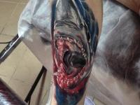 Татуировка пасть акулы на голени