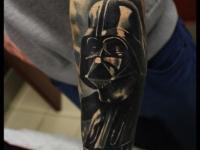 Татуировка голова в шлеме на предплечье