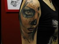 Татуировка лицо девушки на плече
