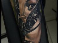 Татуировка лицо женщины-робота на предплечье