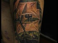 Татуировка пиратский корабль на бедре