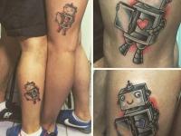 Татуировка робота с сердцем на ноге