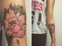 Татуировка цветка в розовом цвете на руке