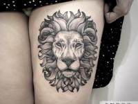 Тату голова льва на ноге выше колена