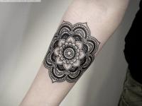 Татуировка цветок из узоров на предплечье