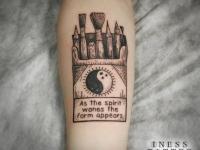 Татуировка инь и янь на предплечье
