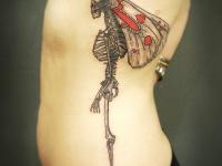 Татуировка скелет на боку