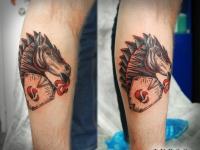 Татуировка конь на икре