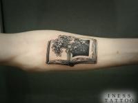 Татуировка книга на предплечье