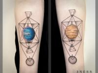 Татуировка планета и треугольники