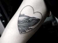 Татуировка кит в сердце на предплечье