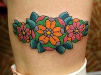 Татуировка цветы на голени