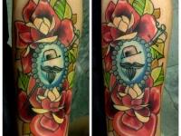 Татуировка розы и кинжал на предплечье