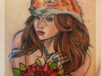 Татуировка девушка в маске лиса на лопатке