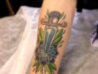 Татуировка кинжал и цветок на предплечье