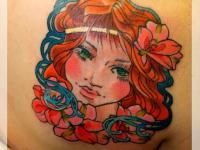 Татуировка голова девушки на лопатке
