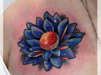 Татуировка лотос на плече