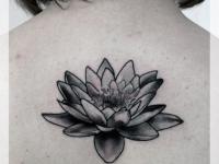 Татуировка лотос на спине