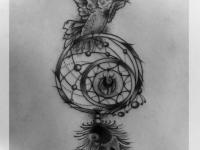 Татуировка ловец снов и птица на спине