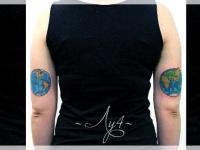 Татуировка глобус на плече