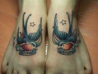Татуировка птицы с надписью на лодыжке