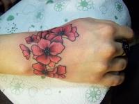 Татуировка цветов на запястье