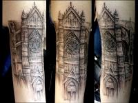 Татуировка старинной башни на руке