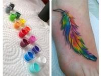 Татуировка разноцветного пера на стопе