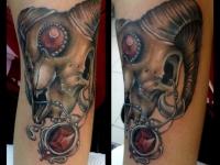 Татуировка черепа козерога на руке