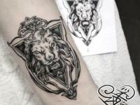 Татуировка абстрактной львиной головы в треугольнике на руке