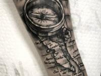 Татуировка компаса и карты на руке