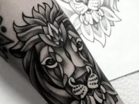 Татуировка головы льва на руке