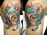Цветная татуировка головы девушке в макияже на плече