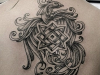 Татуировка жарптицы с символикой на спине