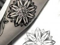 Татуировка раскрывшегося цветка на руке