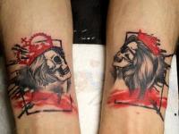 Татуировка на руках черепа женщины и мужчины в коронах
