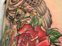 Татуировка филин, масонский глаз и роза на плече