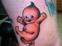 Татуировка малыш на бедре