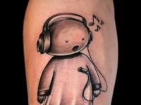 Татуировка меломан на икре