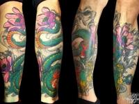 Татуировка змей на икре
